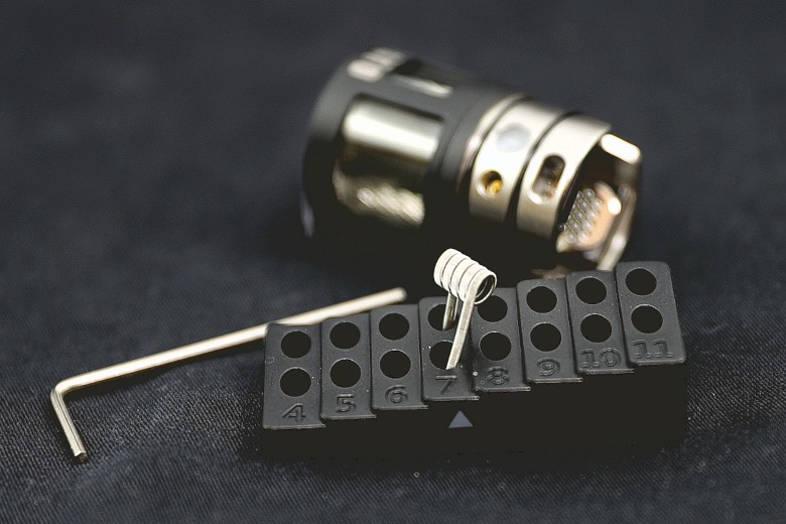 Une nouvelle bobine a le goût de brûler dans un atomiseur de cigarette électronique