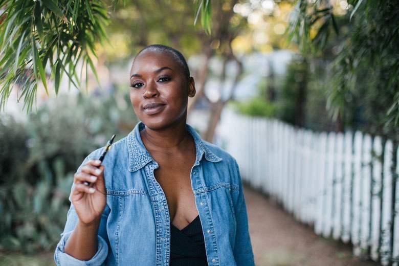 Femme qui a arrêté de fumer avec une cigarette électronique