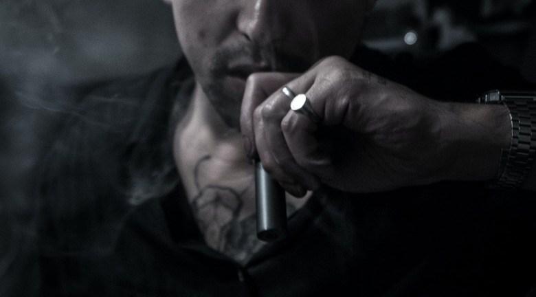 Vaping néophyte qui utilise une cigarette électronique pour les débutants