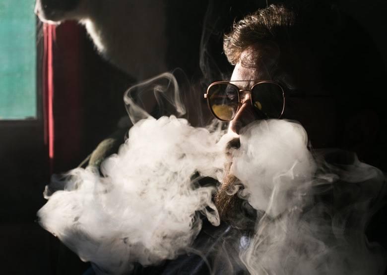 Vaper inhalant du liquide de marijuana
