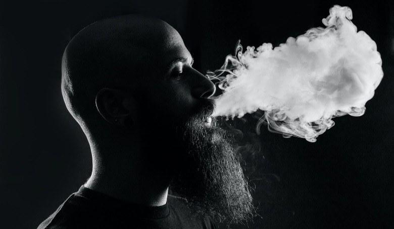 Homme commençant à utiliser la cigarette électronique pour la première fois