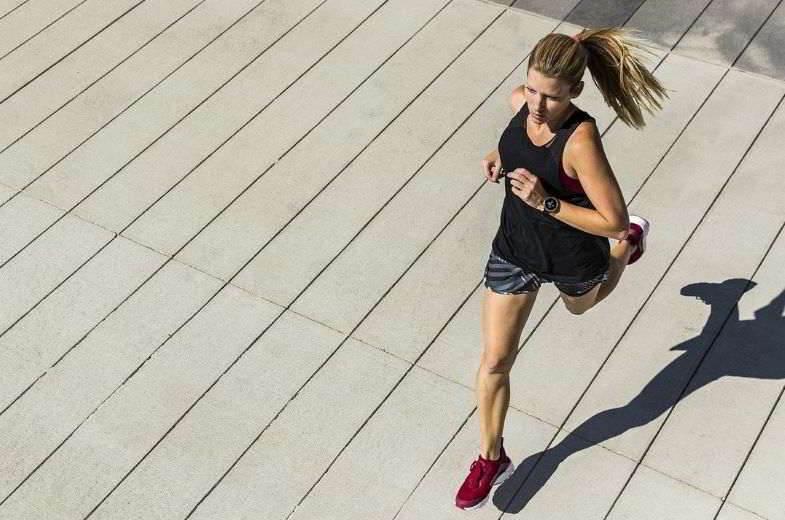 Cigarette électronique et sports : améliorer les performances d'une fille.